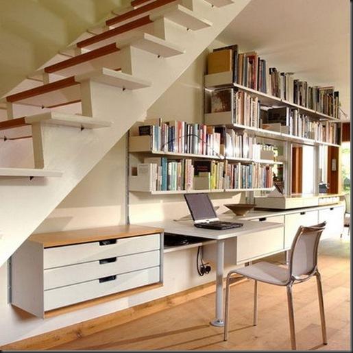 Escritorio bajo escalera